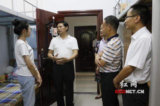 衡阳师范学院党委书记刘沛林来到陈明珠的寝室对其进行鼓励。