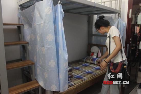 衡阳师范学院为她改装了宿舍,将本住四人的房间改为只住三人,寝室里被子枕头都已摆放整齐。