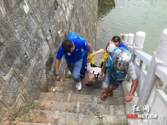 溺水孩子被打捞上岸。