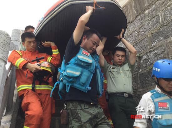 蓝天救援队队员准备搜救。
