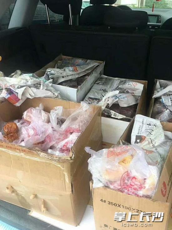 执法人员在一辆奥迪车内查获一批假月饼。