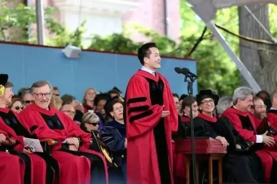 ▲何江在哈佛大学2016年毕业典礼上演讲