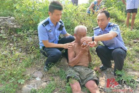 民警找到老人。