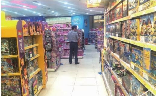 9月20日,在玩具反斗城德思勤店内,一名顾客在挑选玩具。记者朱蓉摄