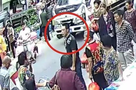 湘潭一男子驾驶电动车撞人逃逸 警方悬赏征集线索