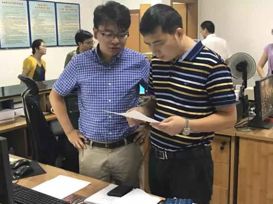 检查组工作人员在收集相关资料。