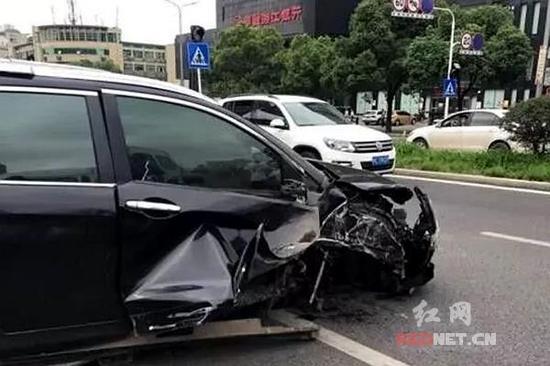 单方肇事事故_市公安局交警支队门前的公交站台路段发生了一起小车侧翻的单方事故.