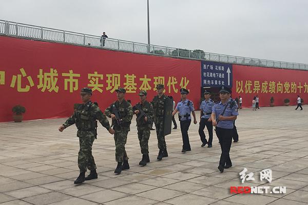 公安武警开展联合巡逻,在站区进行不定时巡查。
