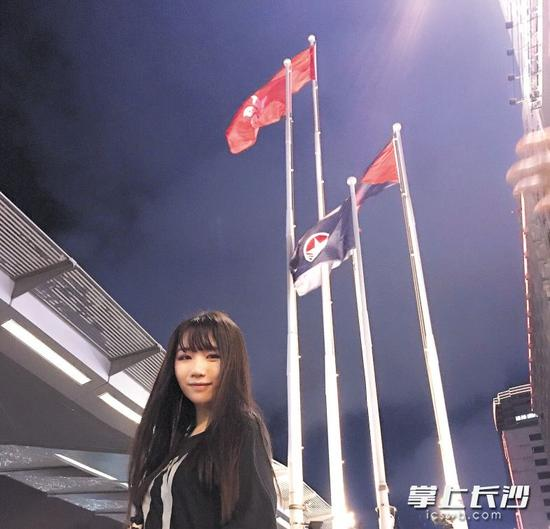 10月1日晚,杨颖和留港的同学一起来到维多利亚港观看国庆烟花汇演。 受访者供图