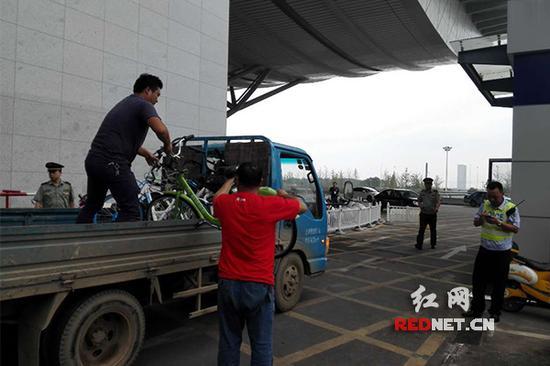 雨花区城管执法大队火车南站中队对违停共享单车进行整治。