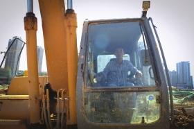 10月1日,长沙地铁3号线月湖公园北站,来自河南驻马店的耿鹏伟正在操作挖机。 图/记者辜鹏博