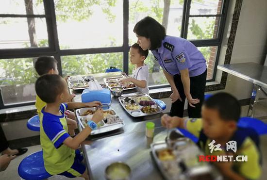 孩子们在食堂有序就餐。