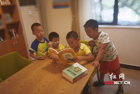 """孩子们在""""警察之家""""看书。"""