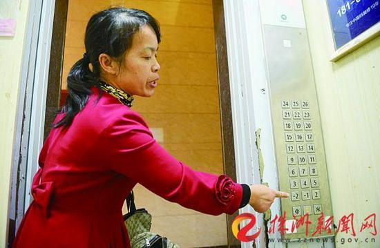10月11日,春藤小镇小区业主反映电梯问题(记者 谢慧 摄)