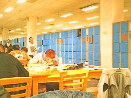 图书馆、教室的桌椅静静伫立,整齐排列