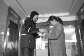 杨宏亮边接电话边等候取件人签字,到下午5:30左右,他一天送了360多个包裹。