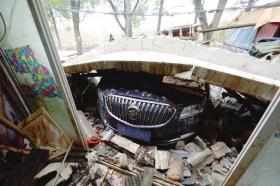11月13日,别克车被坠落的水泥遮阳板砸中。图/记者谢长贵
