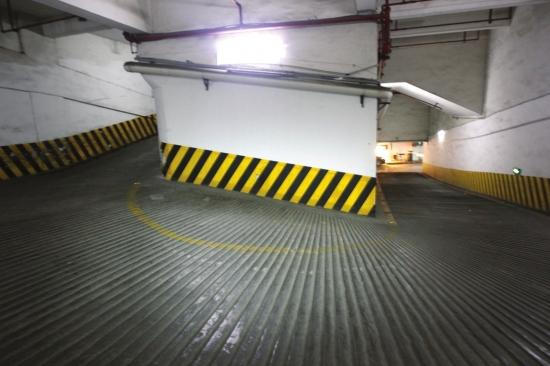 """惠农大厦地下停车场:长沙""""史上最牛车道"""",车道坡度陡转弯急。"""