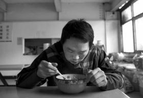杨宏亮的中餐只用了不到8分钟,在跟随采访的一天里,只看到他上了两趟厕所。