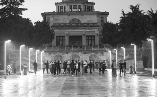 11月13日晚7时52分,湖南烈士公园烈士塔下,有市民在跳舞。图/记者谢长贵