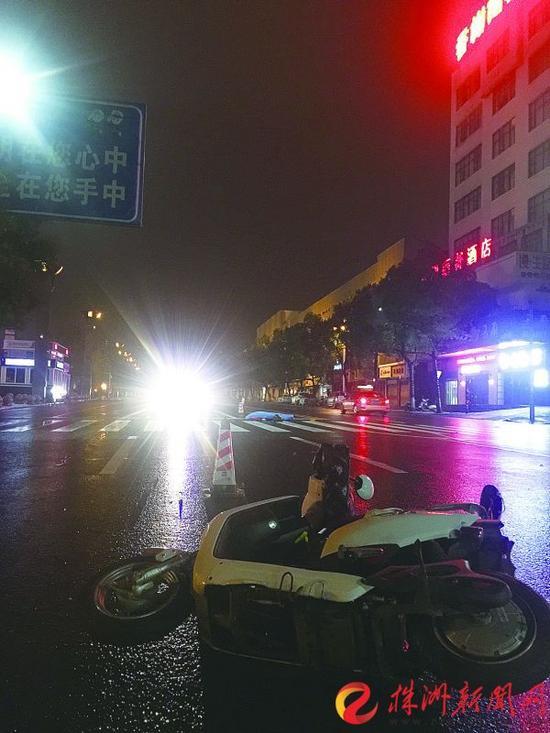 事故发生后,电动车翻到在路边(记者 陈驰 摄)