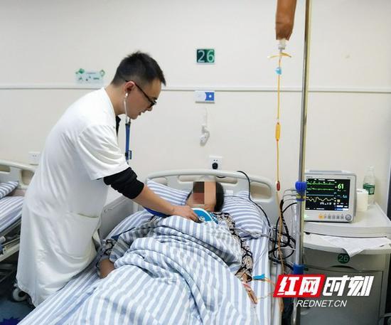 图为长沙珂信肿瘤医院医生给患者做检查。