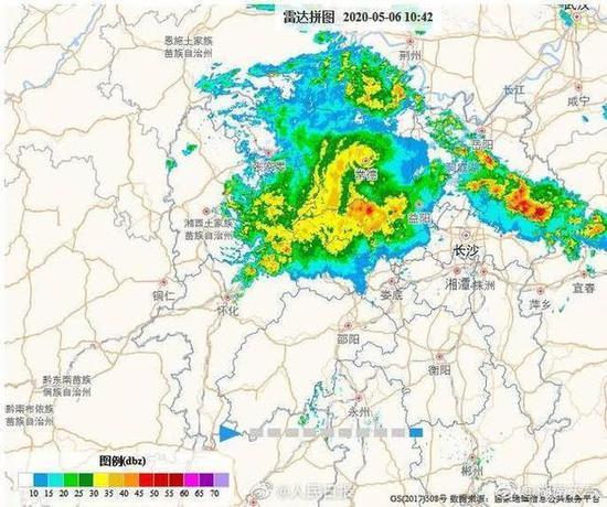 湖南发布暴雨预警!怀化暴雨小车被淹没,行人在齐腰积水中趟