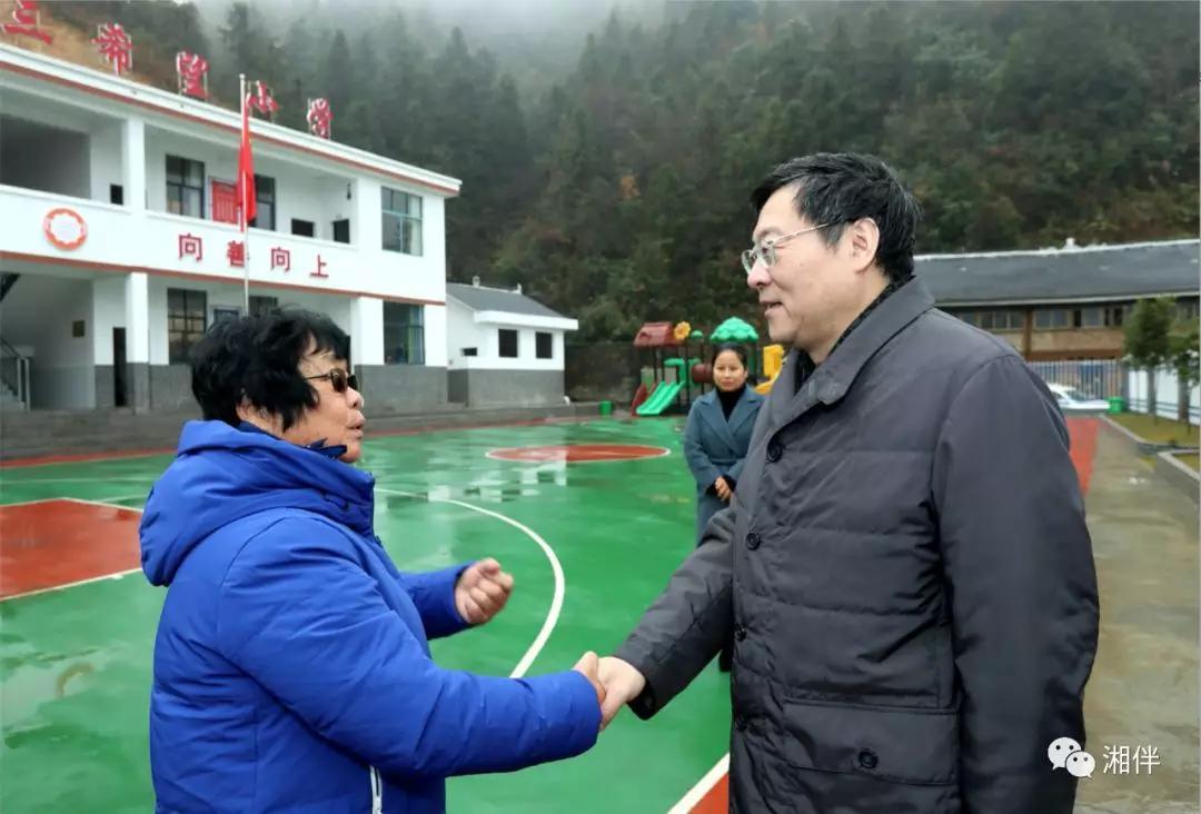 12月23日下午,省委书记杜家毫来到溆浦县北斗溪镇宝山天三希望小学,看望周秀芳老师。