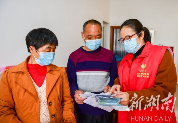 3月8日,道县东门街道冯家社区易地搬迁安置小区,党员干部在给贫困户宣传防疫知识