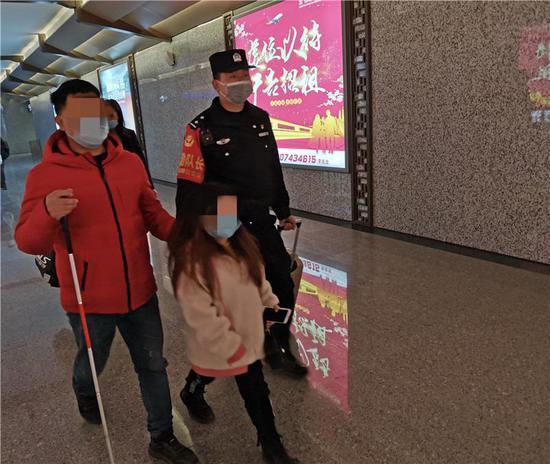 盲人爸爸带6岁女儿返湘 铁警暖心护送