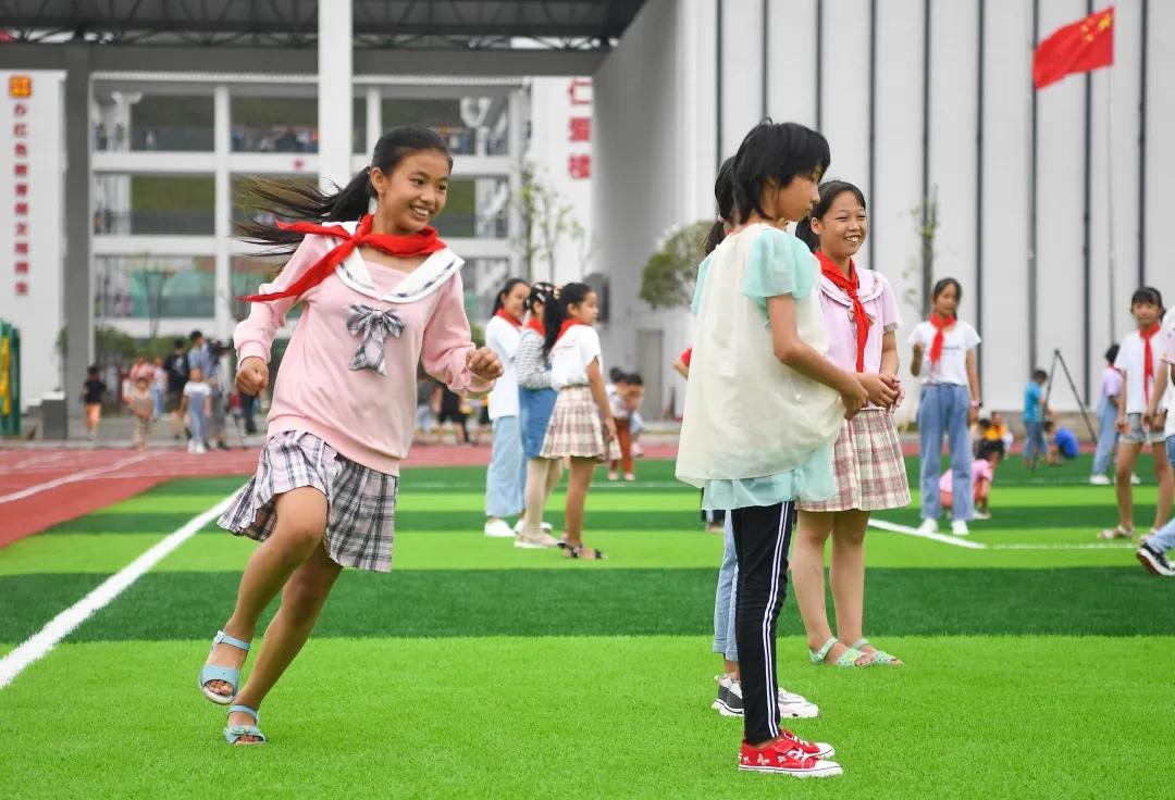 9月8日,汝城县文明瑶族乡沙洲村,新建成的沙洲芙蓉学校里,学生们在课间玩耍。湖南日报·新湖南客户端记者 傅聪 摄