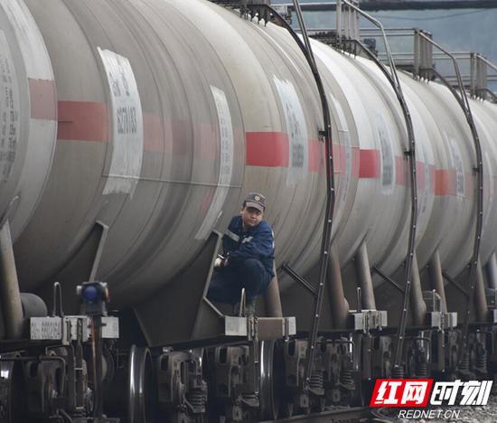 段内工作人员正在对货运列车进行编组。