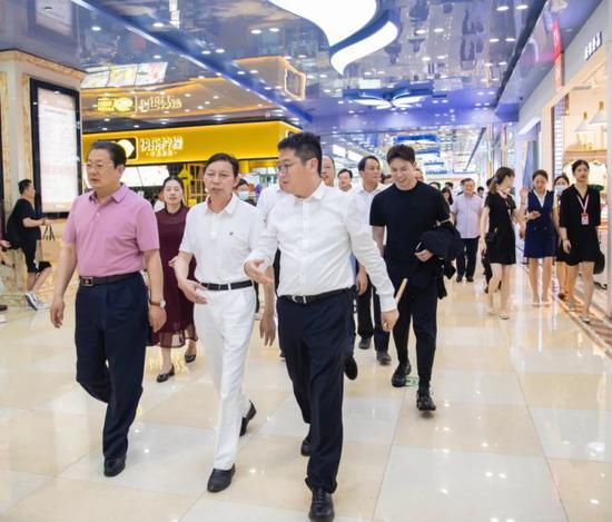 (前排从左至右分别是驻马店市长朱是西、万家丽集团董事长黄志明、长沙市副市长彭楠)