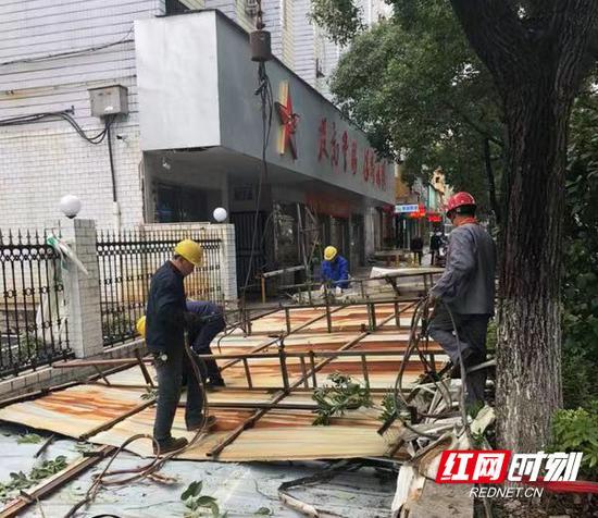 位于船山路蒸湘區武裝部樓頂的大型廣告牌被成功拆除。
