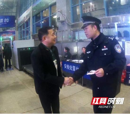 艾先生改签最近的列车前往广州与亲人会合。