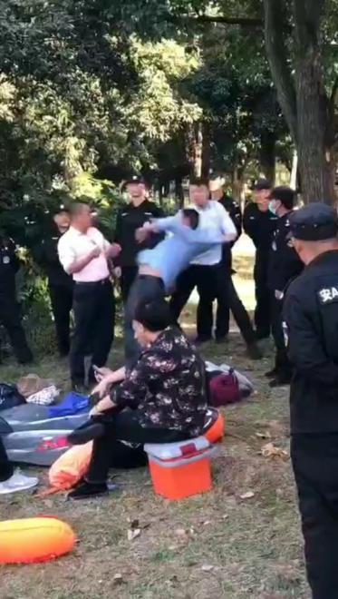 松雅湖保安制止老人游泳 男子说公道话被群殴?