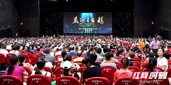 继去年国庆黄金周创下湖南省大型旅游演出场次最高、观众数量最多的两项纪录后,今年10月3日,《炭河千古情》连续演出8场,吸引游客近6万人次,再次刷新记录。