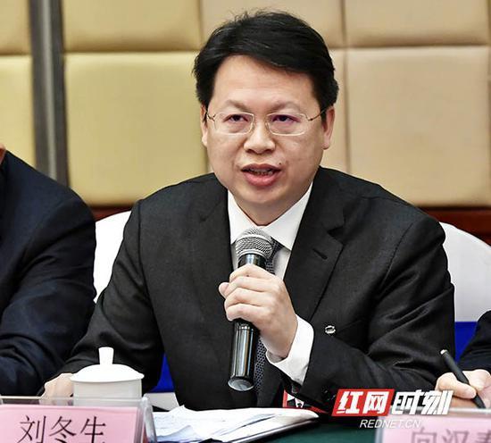 湖南省人大代表、龙山县委书记刘冬生发言。
