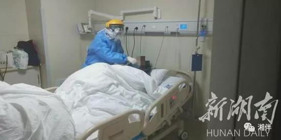 1月27日,中南大学湘雅医院感染病科,医护人员在给重症隔离病房的患者吸氧 。向群 摄