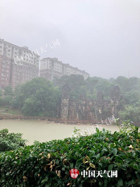今天上午,长沙大雨滂沱。