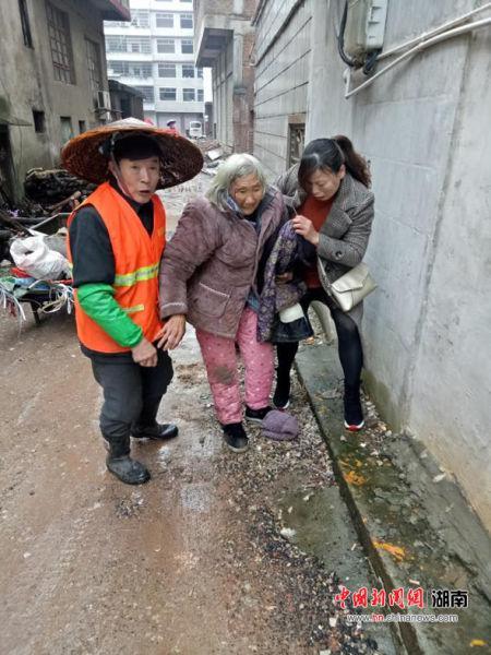 朱春花和环卫工人将老人扶起。
