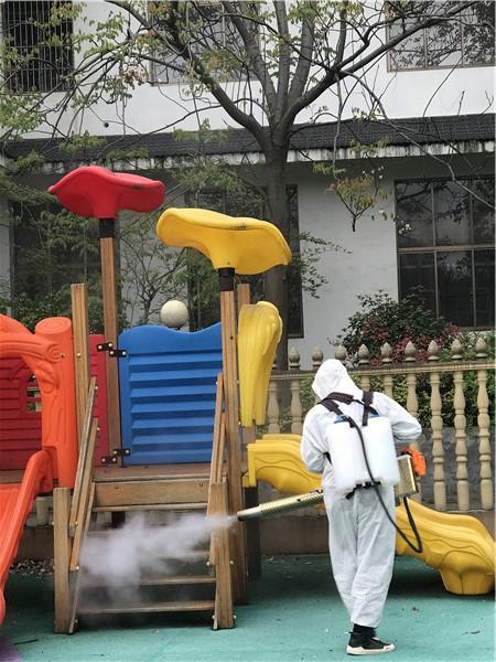 (接到幼儿园开学时间,开福区呦呦沙坪幼儿园第一时间联系了相关部门,对全园进行全方位无死角的大消毒工作,老师们马上进入工作模式,结合防疫工作对园所环创重新布置)