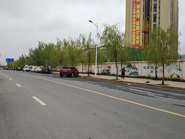 建筑老板周万明是在郴州一工地附近的马路边遇害的。 澎湃新闻记者朱远祥 图