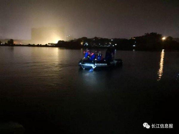 岳阳南湖一小型快艇意外倾覆 7人落水 其中3人获救