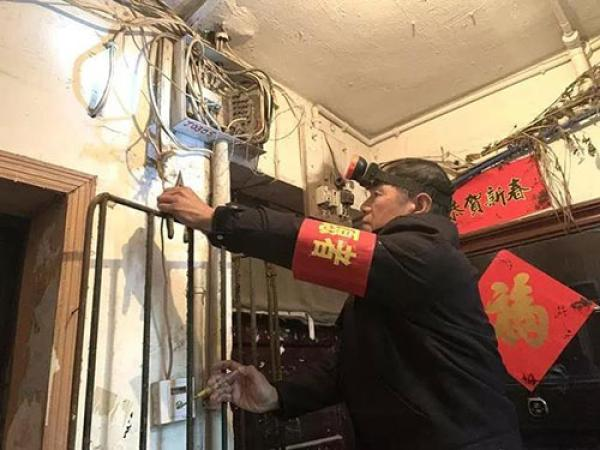 长沙下岗职工为社区居民免费修楼道灯:一修就是十年