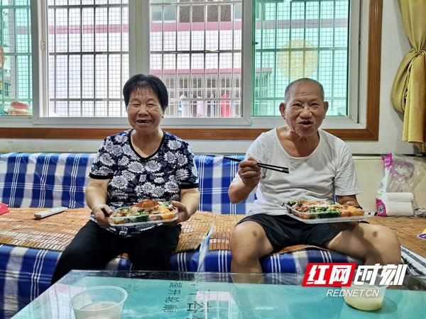 """康紫健和韩爱纯老人分别已有84岁、77岁了,从今年7月1日开始,作为全县第一批""""长者餐厅""""服务对象,他们开始享受低价送餐上门服务。"""