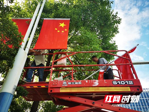 工人师傅们正在悬挂国旗。