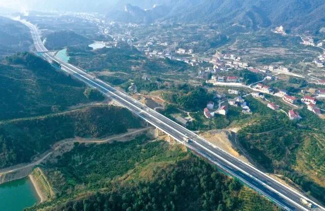 △12月27日,安慈高速建设收尾,准备通车。