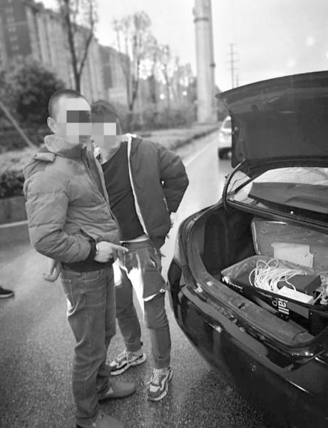 """被抓获的电信网络诈骗嫌疑人指认车内的""""多卡宝""""设备。图/受访者提供"""