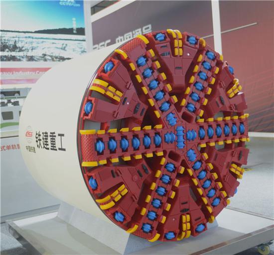 10月18日在中国国际轨道交通和装备制造产业博览会拍摄的中国铁建重工的一款盾构机。新华社发(陈振海 摄)